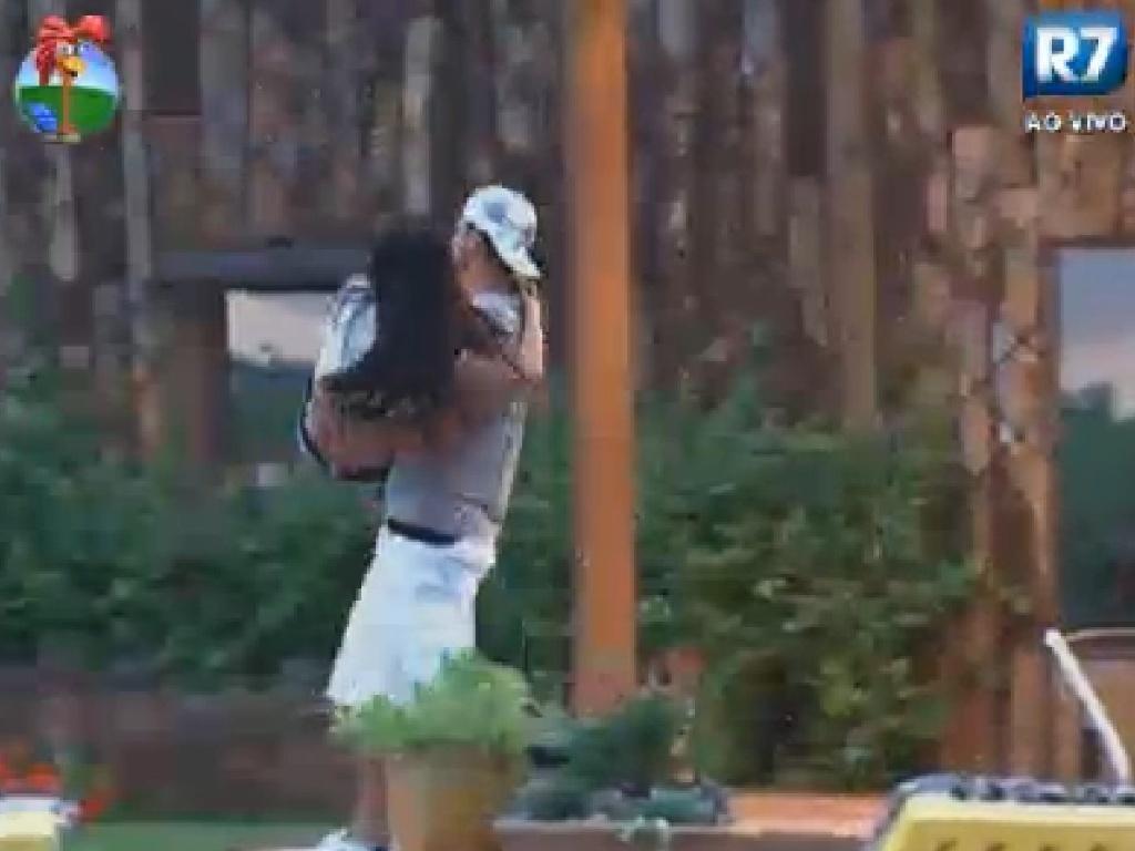 Gustavo Salyer carrega Shayene Cesário, que está com o pé machucado, no colo (10/6/12)