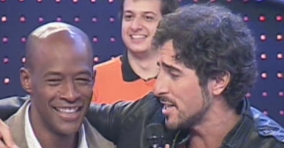 O ex-peão Lui Mendes é recebido por Marcos Mion no programa