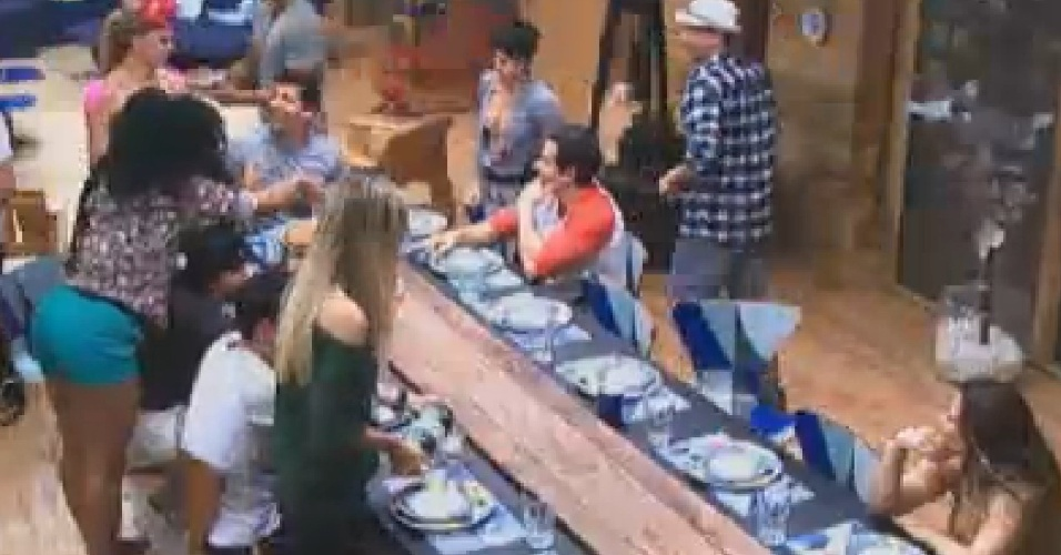 Peões comemoram aniversário de Shayene Cesário com bolo (10/6/12)