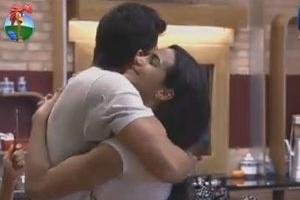 Shayene Cesário ganha beijo de Diego Pombo (10/6/12)