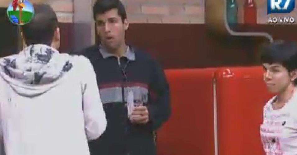 Diego Pombo, Sylvinho Blau Blau (costas) e Penélpe Nova conversam na cozinha (10/6/12)