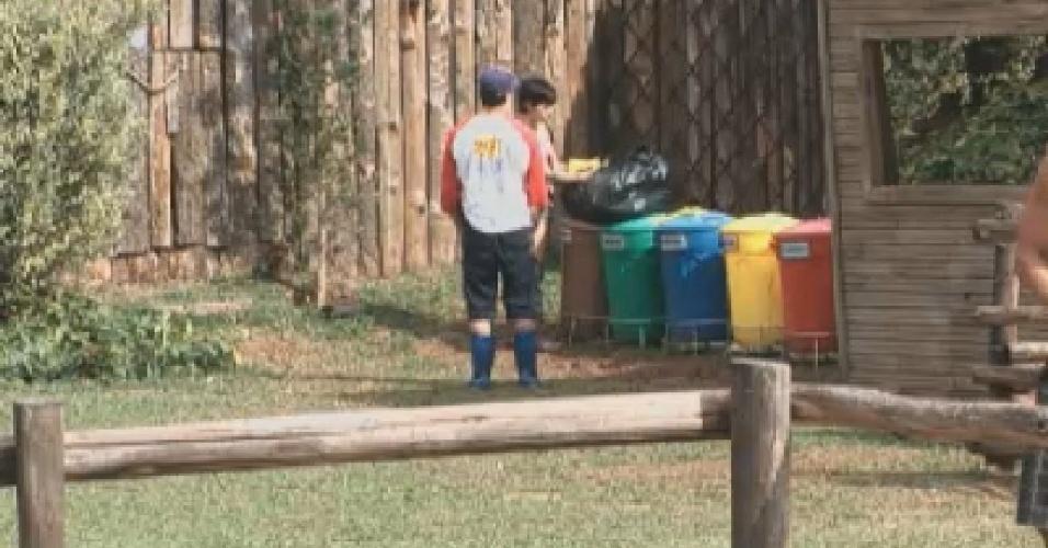 Felipe Folgosi ajuda Penélope Nova a separar o lixo da fazenda (11/6/12)