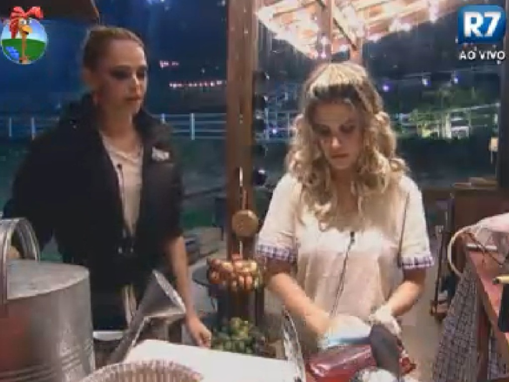Léo Áquilla e Robertha Portella lavam louça no celeiro (11/6/12)