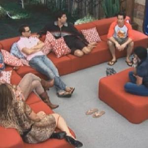 Participantes da sede discutem sobre critérios que Diego e Felipe usaram para escolher grupos antes da prova que mandou seis peões para o celeiro (10/6/12)