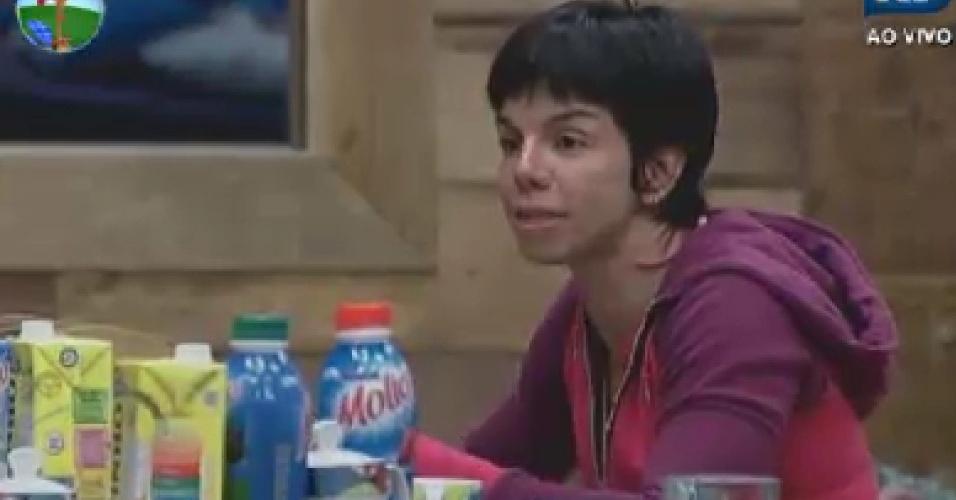 Penélope Nova  toma café da manhã na sede (11/6/12)
