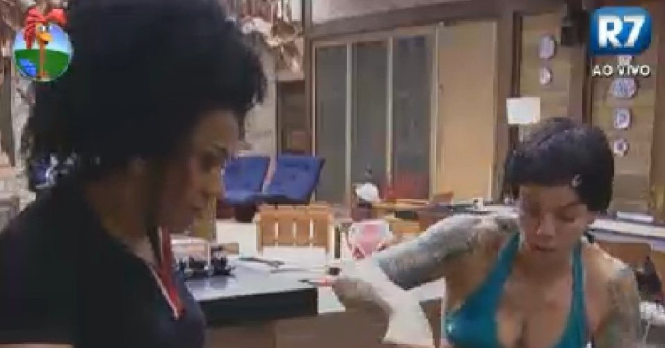Simone Sampaio (esq.) e Penélope Nova (dir.) jogam massa fora após não conseguirem assar bolo no fogão a lenha (11/6/12)