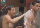 Sylvinho Blau-Blau ajuda Gustavo Salyer a tomar banho - Reprodução/Record