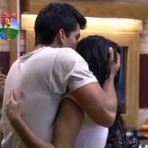 Diego Pombo abraça Shayene para comemorar aniversário e quase ganha beijo (11/6/12)
