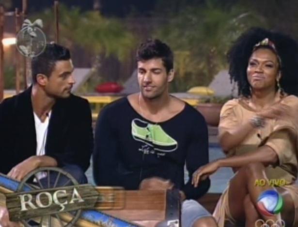 Gustavo, Diego e Simone, os três peões indicados para a roça depois de uma longa noite de votação
