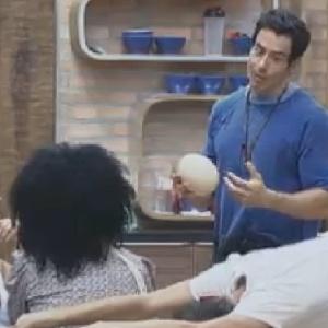 Felipe Folgosi mostra ovo de avestrzu que encontrou (12/6/12)