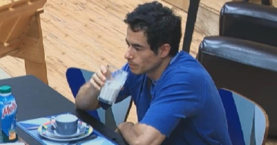 Felipe Folgosi toma café da manhã antes das atividades do dia (12/6/12)
