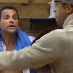 """Gustavo e Sylvinho discutem durante almoço em """"A Fazenda 5"""""""