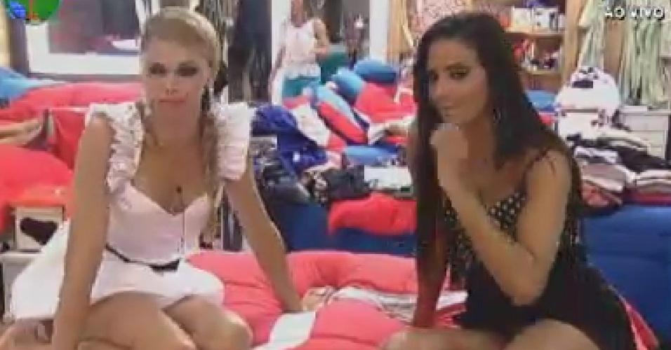 Léo Áquilla e Shayene Cesário fazem poses em frente ao espelho (13/6/12)