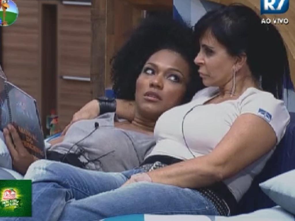 Simone Sampaio e Gretchen conversam no quarto (13/6/12)