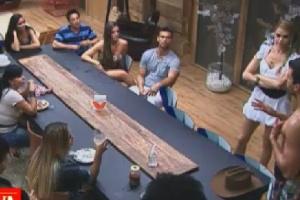 Diego Pombo discute organização da cozinha com peões na sede da fazenda (13/6/12)
