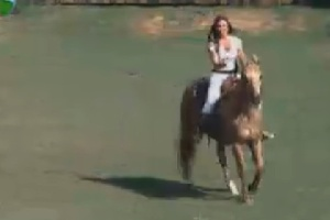 Nicole Bahls aprende a cavalgar (14/6/12)