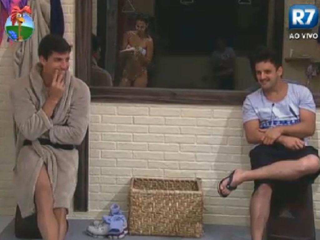 Diego Pombo e Rodrigo Capella observam Robertha Portella tomar banho (15/6/12)