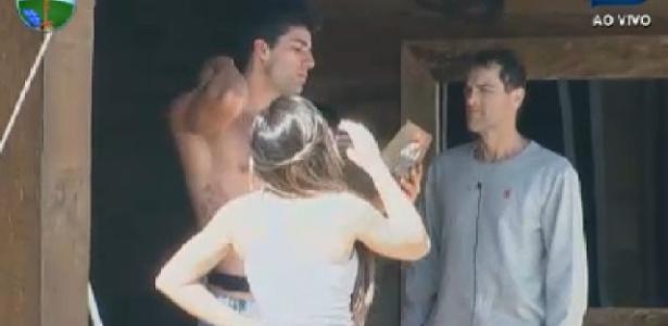 Diego Pombo lê aviso de punição para Nicole Bahls e Sylvinho Blau Blau (15/6/12)
