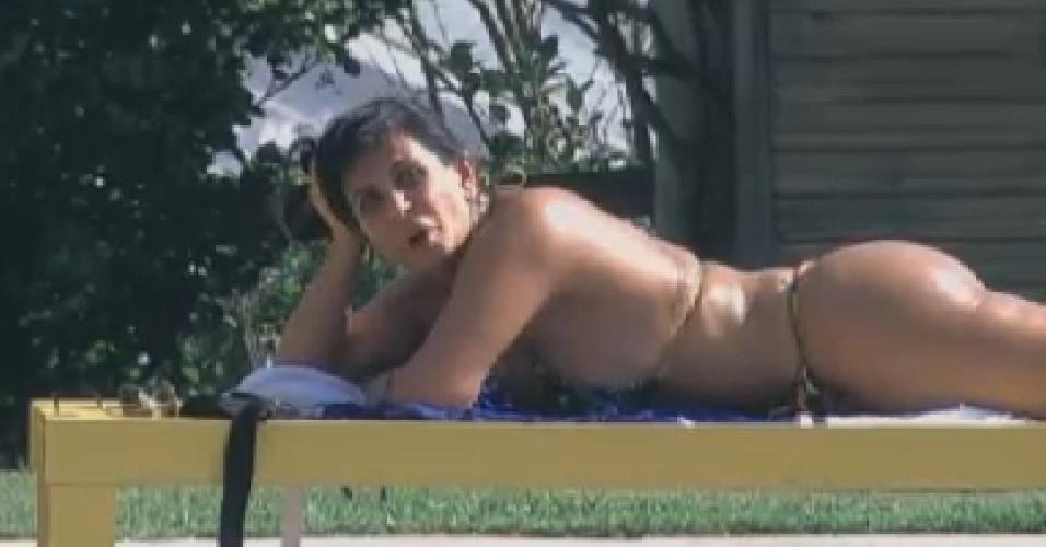 Gretchen toma sol na piscina da fazenda (15/6/12)