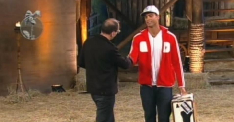 Gustavo Salyer é recebido por Britto Jr. após a eliminação do reality (14/6/12)