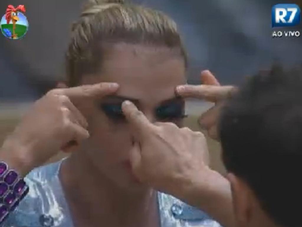 Léo Áquilla mostra para Sylvinho Blau-Blau como foram suas cirurgias plásticas no rosto (15/6/12)