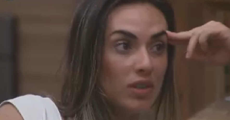 Nicole diz para Rodrigo que não se importou em ser xingada por ele durante discussão (15/6/12)