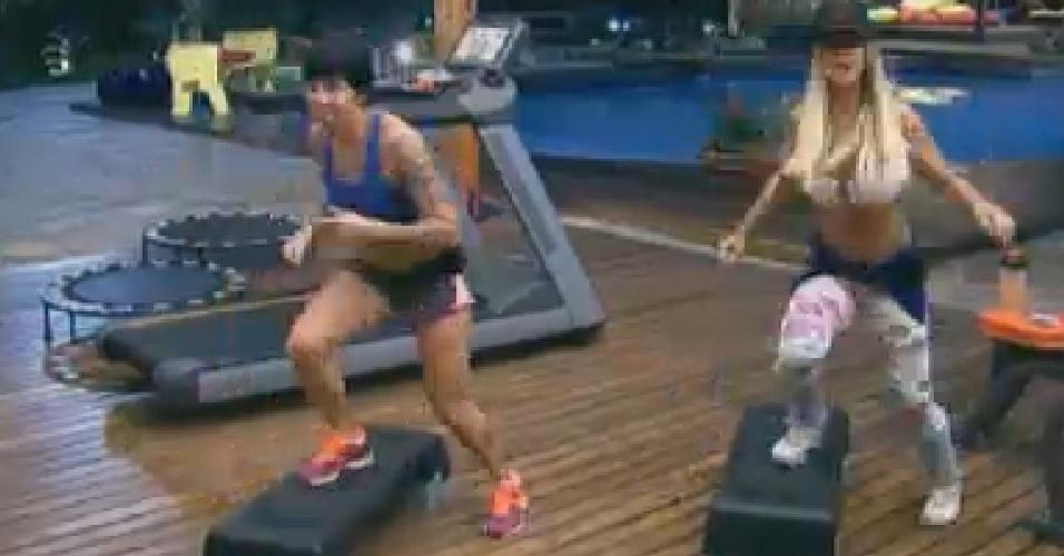 Penélope Nova (esq.) e Robertha Portella (dir.) fazem exercícios (15/6/12)