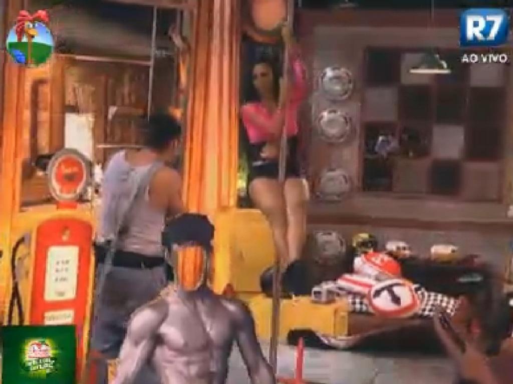 Shayene Cesário dança no pole dança enquanto é fotografada por Rodrigo Capella (15/6/12)