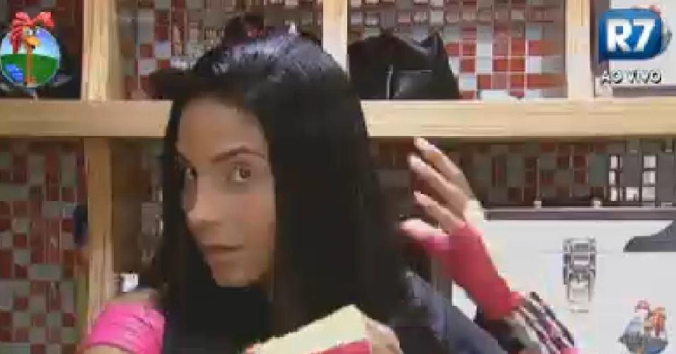 Shayene Cesário passa chapinha no cabelo antes da festa desta sexta-feira (15/6/12)
