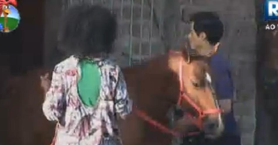 Simone Sampaio e Felipe Folgosi cuidam do cavalo (15/6/12)