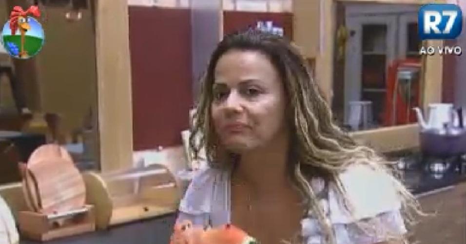 Viviane Araújo come melancia na cozinha (15/6/12)