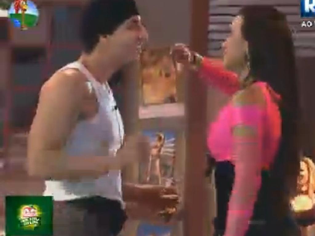 Shayene brinca de beijar Diego Pombo na boca nesta sexta-feira (15)'