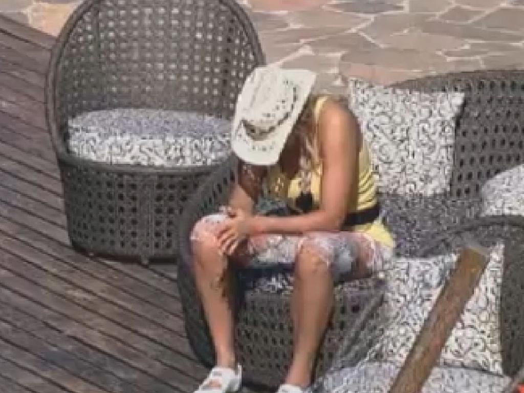 Abatida com a morte da irmã, Ângela Bismarchi toma sol na varanda da sede (17/6/12)