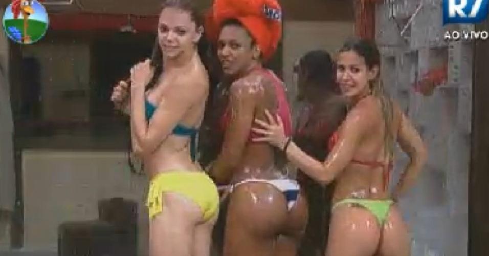 Léo Áquilla, Simone Sampaio e Robertha Portella comparam tamanho dos seus bumbuns durante banho (17/6/12)