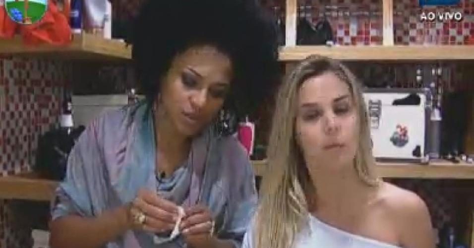 Simone Sampaio e Robertha Portella se preparam para dormir  (16/6/12)