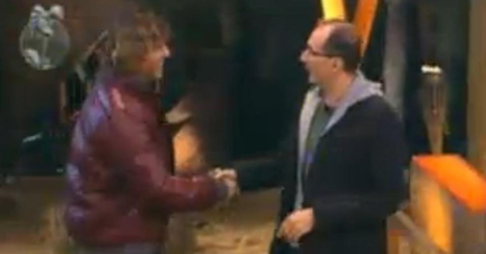 "Theo Becker cumprimenta Britto Jr. no palco de ""A Fazenda 5"" (17/6/12)"