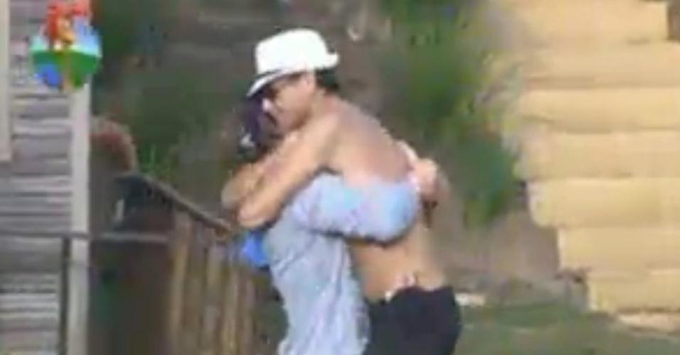 Ao acordar, Théo Becker vai cumprimentar peões do celeiro e é recebido com abraços por Sylvinho Blau-Blau (18/6/12)