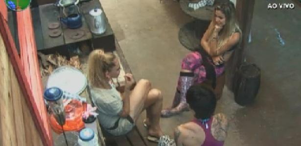 Léo Áquilla conta para Penélope Nova e Robertha Portella que alguém dentro da casa não o aceita (19/6/12)