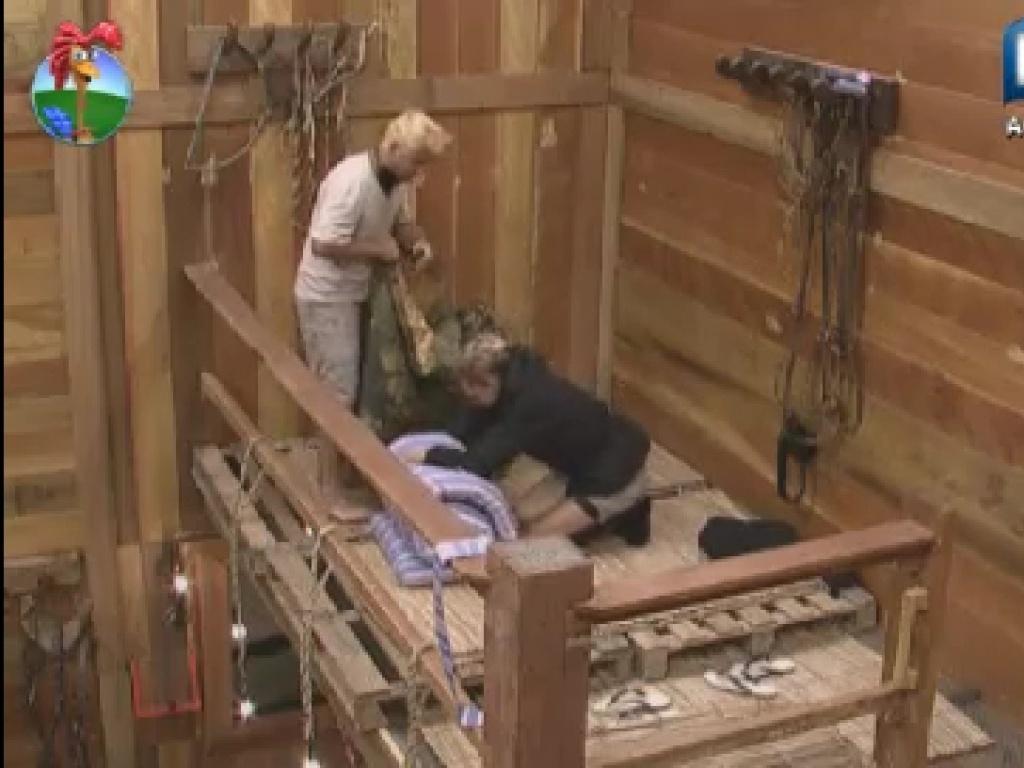 Léo Áquilla e Rodrigo Capella arrumar colchões ao acordar (19/6/12)