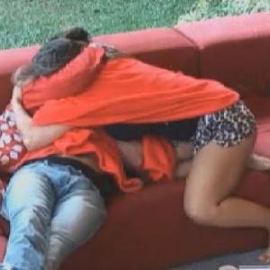 Nicole Bahls abraça Diego Pombo após conversa (19/6/12)