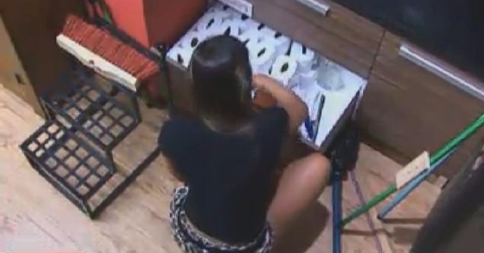 Nicole Bahls limpa a despensa da sede (19/6/12)