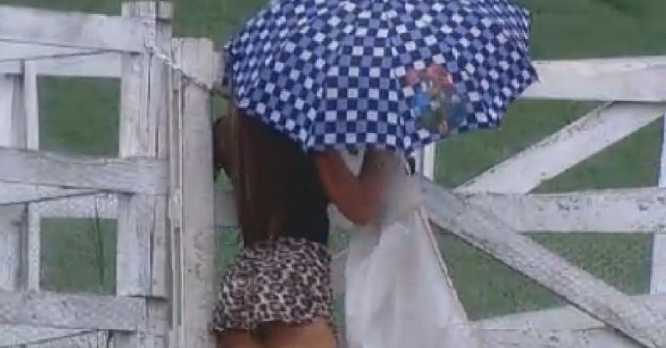 Nicole Bahls usa guarda-chuva para se proteger da garoa (19/6/12)