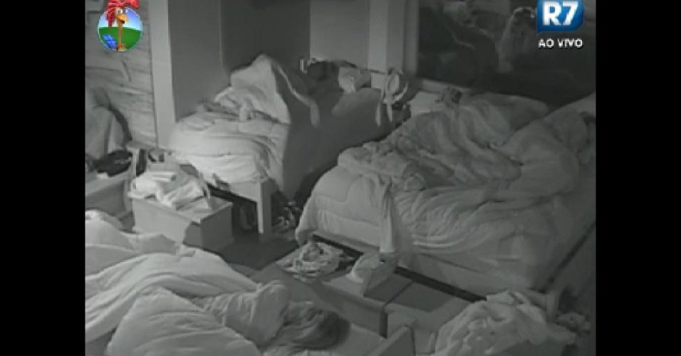 Peões dormem no início desta terça-feira (19/6/12)