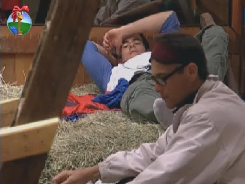 Felipe Folgosi e Sylvinho Blau Blau descansam no celeiro (20/6/12)