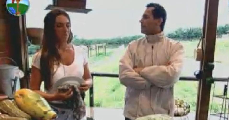 Nicole Bahls e Sylvinho Blau-Blau conversam no celeiro (20/6/12)