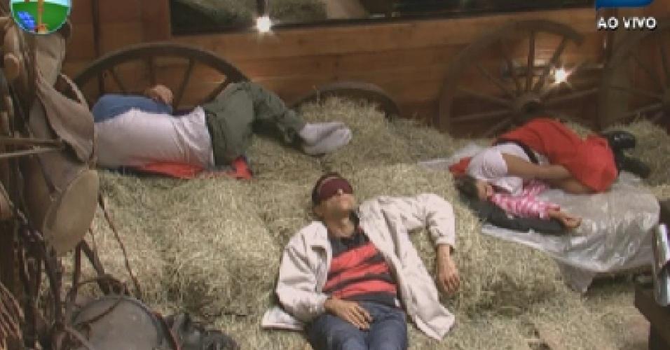 Sylvinho Blau Blau, Felipe Folgosi e Nicole Bahls descansam no celeiro no dia da prova do fazendeiro (20/6/12)