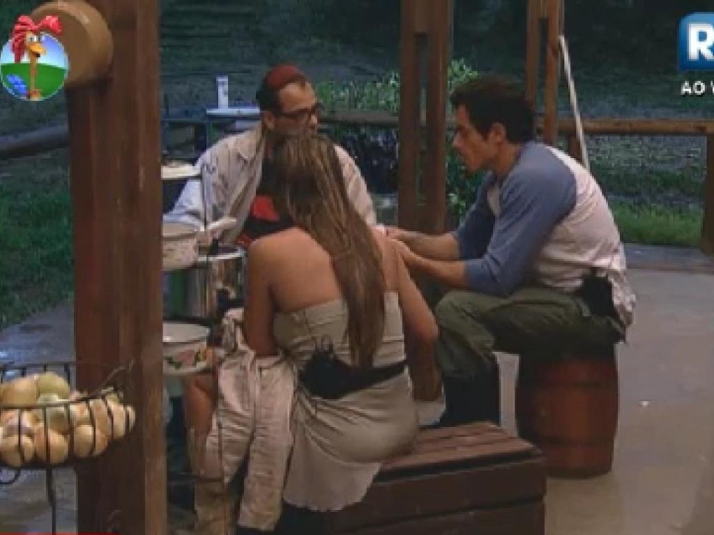 Sylvinho Blau Blau, Felipe Folgosi e Nicole Bahls jantam no celeiro (20/6/12)