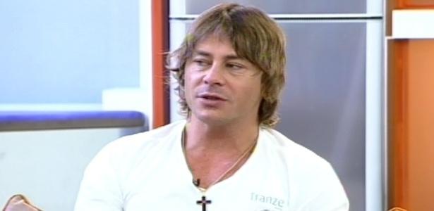 """Théo Becker dá entrevista para o programa """"Hoje em Dia"""" (20/6/12)"""