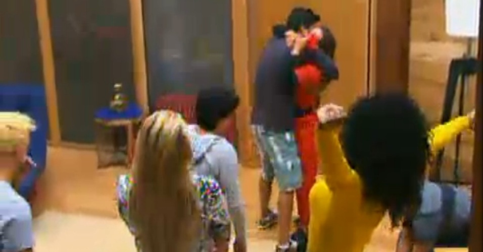 Diego Pombo abraça Nicole Bahls, a nova fazendeira da semana (20/6/12)