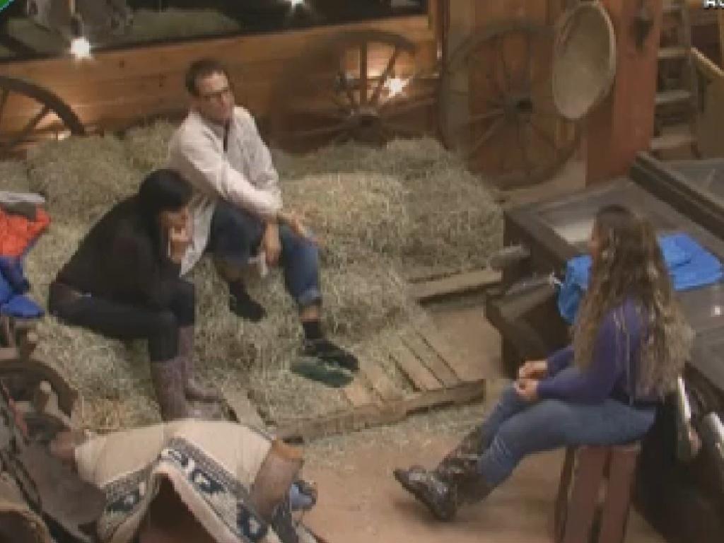 Gretchen (esq.) fala para Sylvinho e Viviane sobre possível voto da fazendeira Nicole (21/6/12)